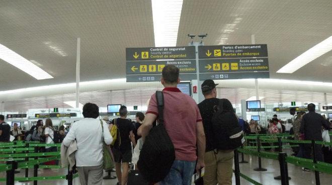 Imagen de varios pasajeros de El Prat durante una huelga convocada por los trabajadores de Eulen