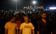 Cientos de personas salen del Mad Cool, en la primera jornada del festival, de madrugada.