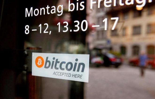 Un cartel anuncia que se acepta el pago con bitcoin, en un local de Suiza.