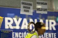 Trabajadoras del servicio de atención al cliente de Ryanair del aeropuerto de El Prat en Barcelona, informan a los usuarios de la huelga en toda España de los tripulantes de cabina de la aerolínea irlandesa.