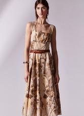 Con una silueta que nos recuerda el 'New Look' de Dior, se convertirá...