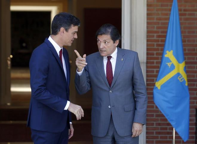 Javier Fernández conversa con Pedro Sánchez esta mañana en La...