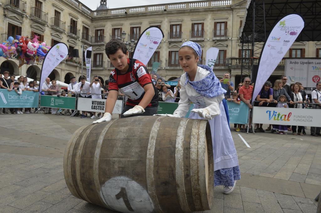 Una pareja de neska y blusa 'txikis' participan en la competición para los más pequeños.