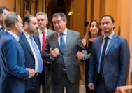 El ministro de Fomento atiende al alcalde de Sevilla, junto al delegado del Gobierno y el consejero de Fomento.
