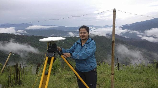 una ingeniera de la secretaría de medición de altura del Monte Everest.