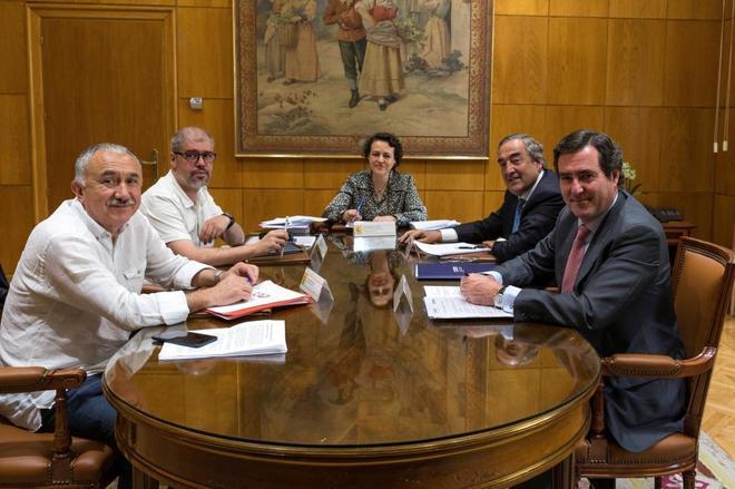 De izqda. a dcha., Pepe Álvarez (UGT), Unai Sordo (CCOO), Magdalena Valerio, Juan Rosell (CEOE) y Antonio Garamendi (Cepyme) en el Ministerio de Trabajo.