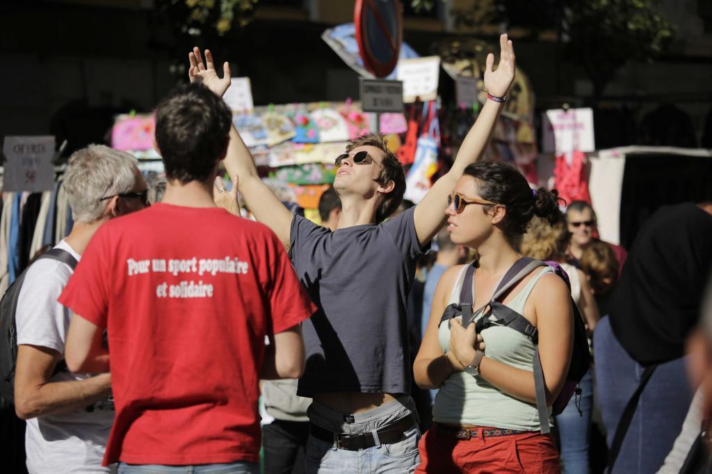 Un grupo de turistas paseando por el Rastro de Madrid.