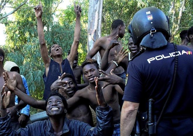 Un grupo de inmigrantes custodiados por la Policía Nacional