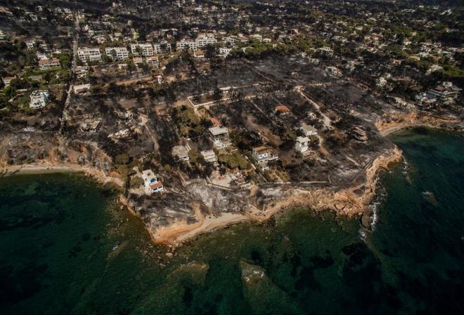 Imagen aérea de la urbanización de Mati, donde se han quemado el 50% de las viviendas.