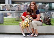 Charlotte Caldwell y su hijo Billy, que padece epilepsia severa, en el Home Office.