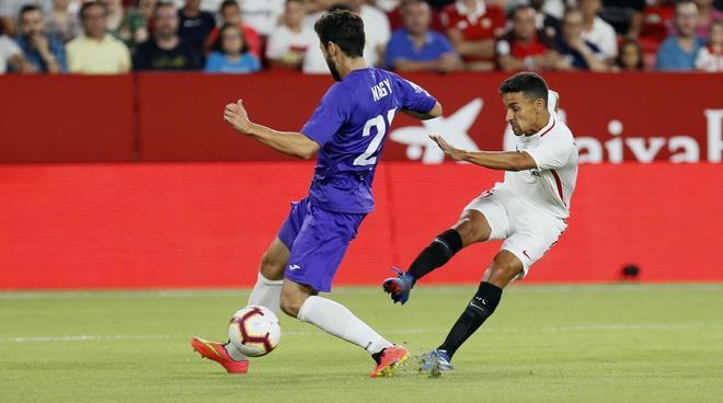 Jesús Navas (d) chuta para marcar el primer gol del Sevilla ante el Ujpest.