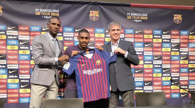 Malcom posa con la camiseta del Barça con Abidal (i) y Jordi Mestre.