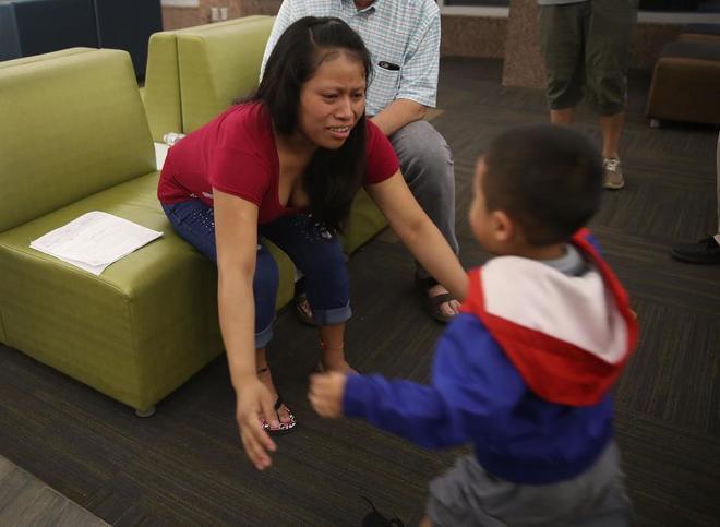 Niños inmigrantes separados de sus padres y metidos en jaulas