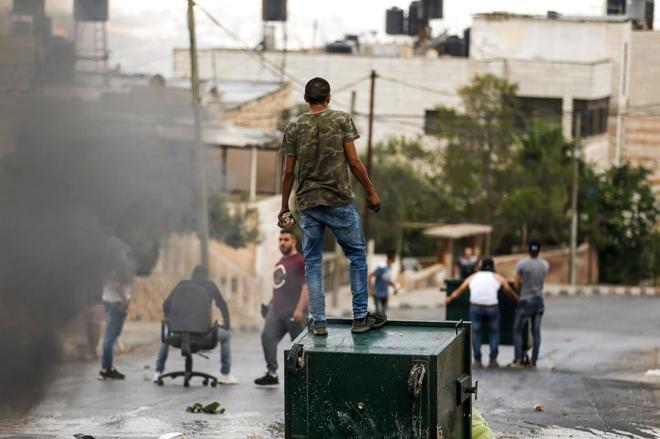 Un palestino durante enfrentamientos con las fuerzas de seguridad israelíes en Kobar, al oeste de Ramala.