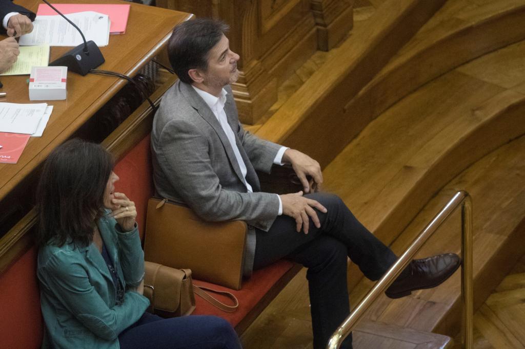 El ex dirigente de CDC Oriol Pujol, acompañado por su mujer, Anna Vidal, durante su comparecencia en la Audiencia de Barcelona.