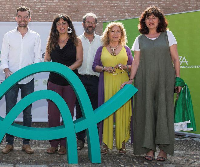 De izquierda a derecha, Antonio Maíllo, Teresa Rodríguez, José Larios, Pilar Távora y Pilar González. posando con el logo de Adelante Andalucía.