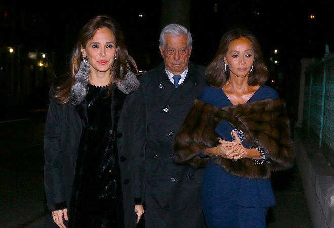 Tamara Falcó, junto a su madre y Mario Vargas Llosa.