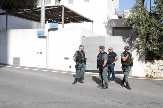 Agentes de la Unidad Central Operativa de la Guardia Civil en el...