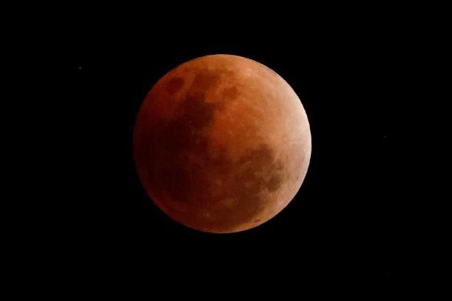 La súper Luna roja, durante un eclipse