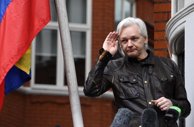 Assange habla con la prensa desde el balcón de la embajada de Ecuador en Londres.