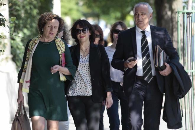 Juana Rivas (centro), acompañada por su abogado Juan de Dios Ramírez y su asesora legal Francisca Granados, en los juzgados de Granada.