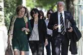 Juana Rivas (centro), acompañada por su abogado Juan de Dios Ramírez...