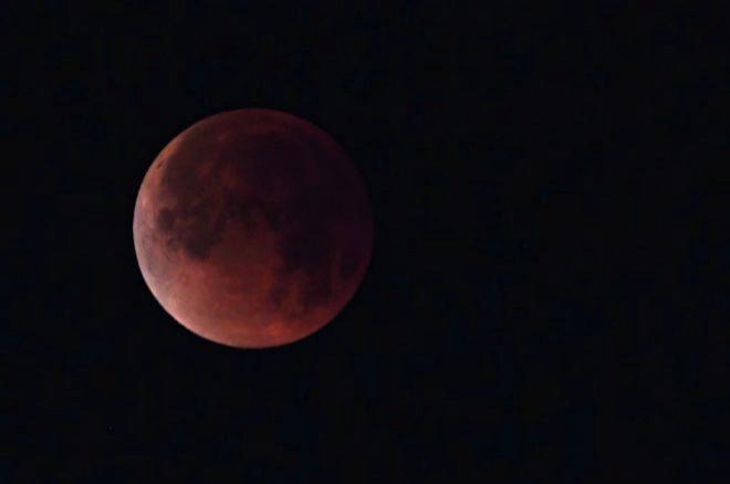 Imagen de la Luna de sangre o luna roja durante el eclipse