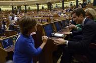 Soraya Sáenz de Santamaría conversa con Pablo Casado en el Congreso de los Diputados.
