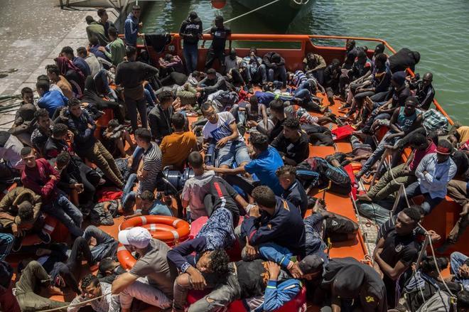 Migrantes rescatados por Salvamento Maritimo en el Estrecho de...