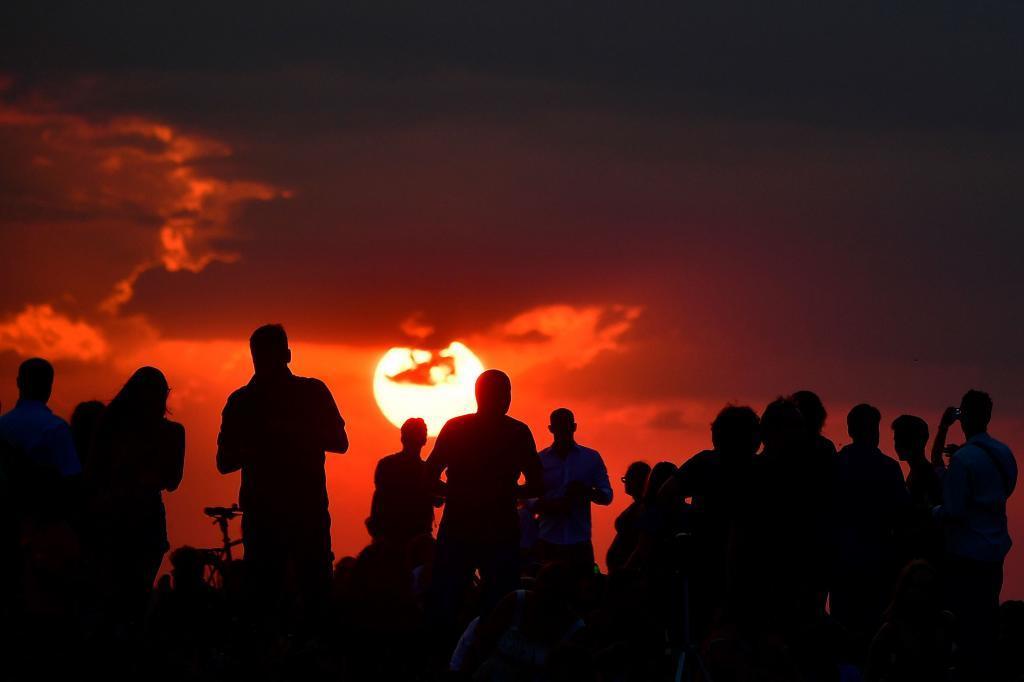 Algunos berlineses esperan a que se ponga el sol para contemplar el eclipse lunar.