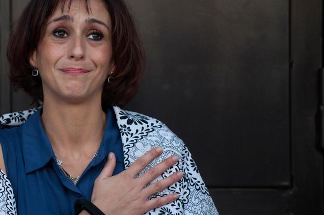 Juana Rivas, a las puertas del juzgado de Granada tras salir en libertad provisional el pasado verano.