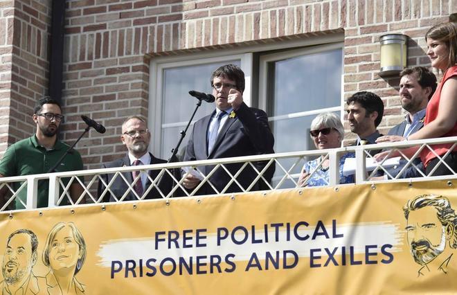 Carles Puigdemont se dirige a sus simpatizantes desde el balcón de la...