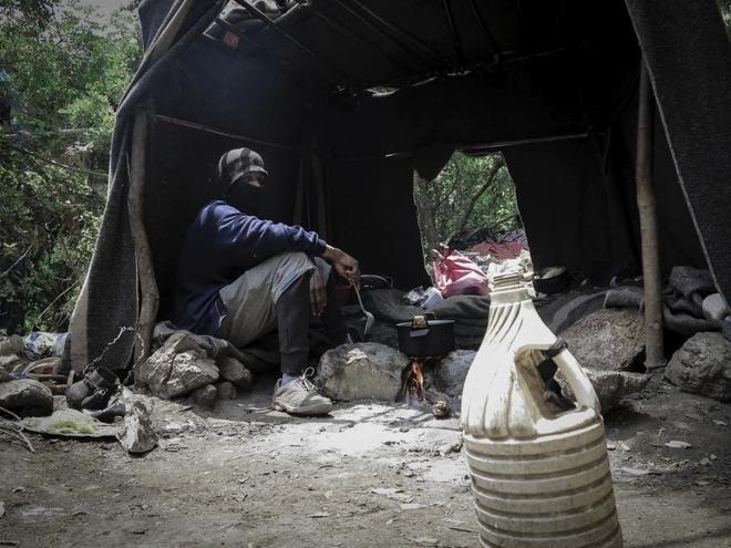 Uno de los jóvenes que espera la ocasión para pasar a España, en un campamento en las montañas de Belyounech (Marruecos), el punto más cercano a la valla de Ceuta.