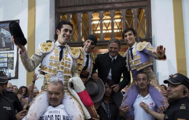 La terna salió a hombros junto al mayoral como gran cierre de Feria