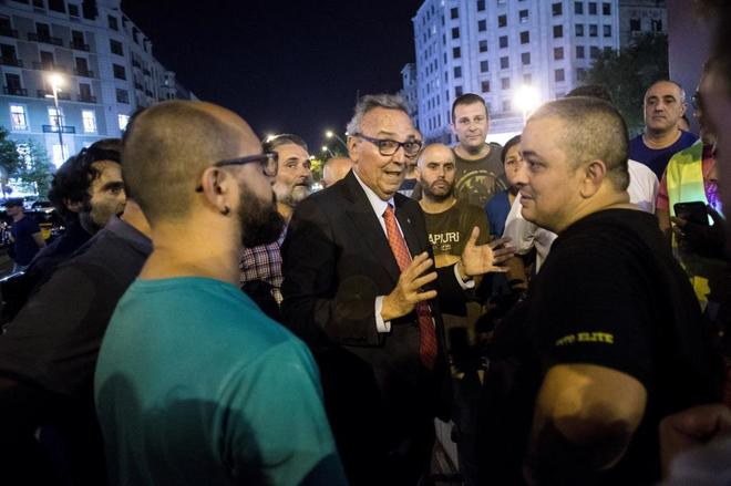 Tito Álvarez, a la derecha, charla con Joan Gaspart el pasado viernes por la noche
