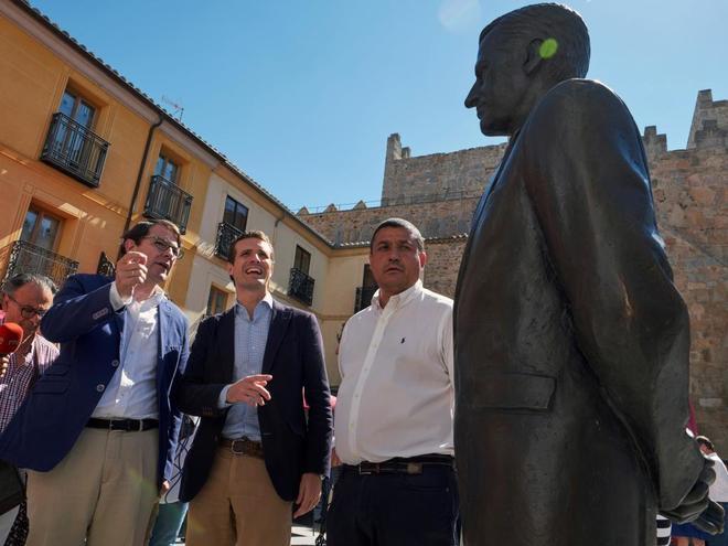 Pablo Casado, junto a Alfonso Fernández Mañueco (izqda.) y el presidente del PP de Ávila, Carlos García, junto a la estatua de Adolfo Suárez en esa provincia.