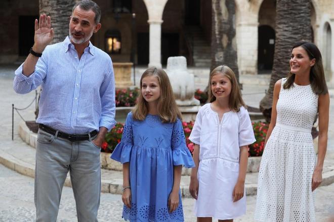 """Felipe VI posa con la Reina y sus hijas en Palma y lamenta la ausencia de su padre: """"Está fastidiado. Tenía ilusión por venir a Mallorca"""""""