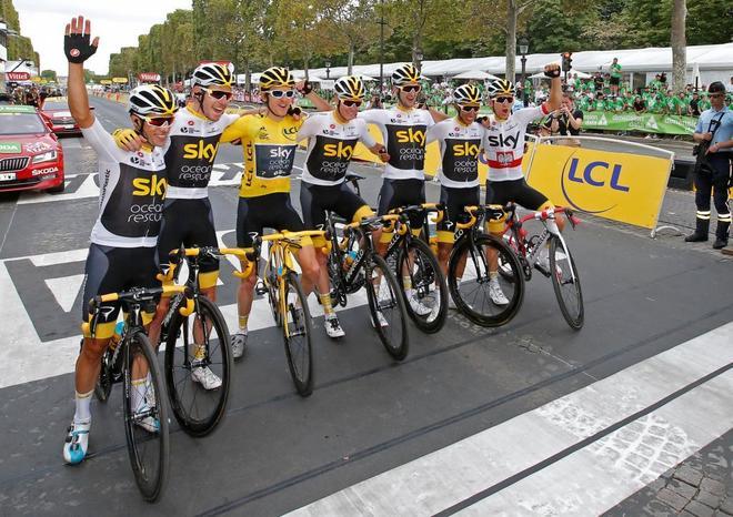 El Sky, con Geraint Thomas de amarillo, en la meta de París.
