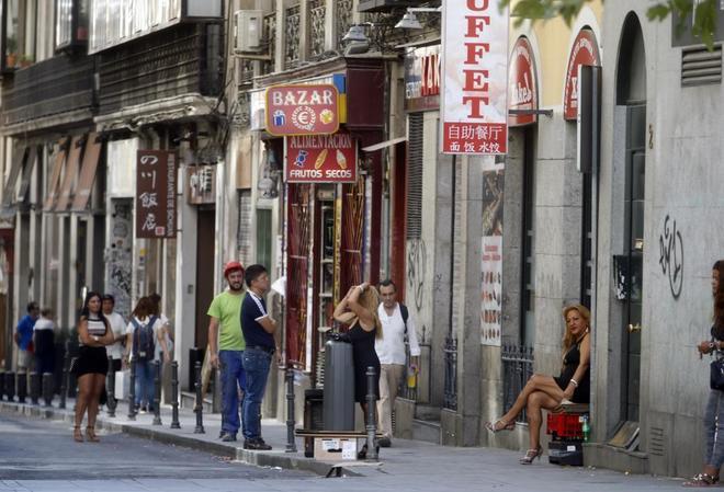 Un grupo de prostitutas de diversos orígenes en una céntrica calle de Madrid