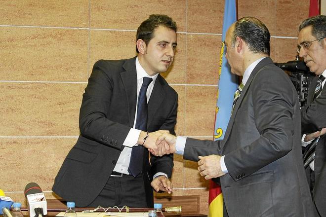 Pedro Zaplana saluda al alcalde saliente tras la moción de censura que le dio la alcaldía