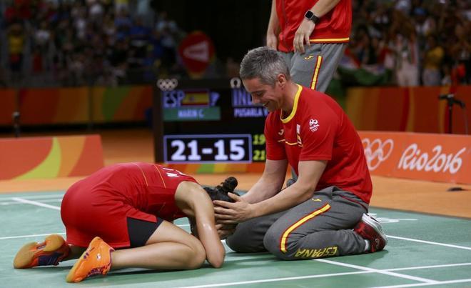 Carolina Marín y su entrenador, Fernando Rivas, celebran el oro en los Juegos de Río 2016.