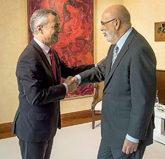 El 'lehendakari' Iñigo Urkullu saluda al delegado del Gobierno,...