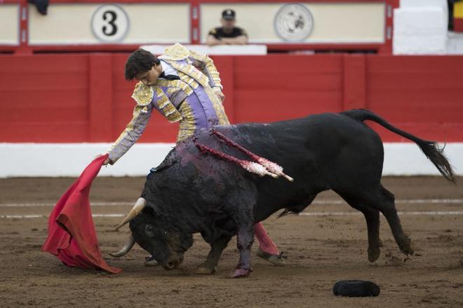 Poderoso derechazo de Roca Rey, proclamado triunfador de la Feria tras cortar cuatro orejas