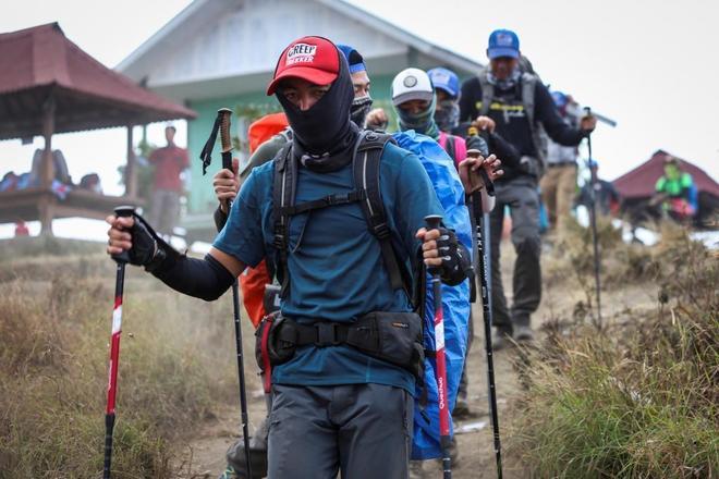 Senderistas locales y extranjeros bajan de la montaña Rinjani durante una evacuación un día después del terremoto de Lombok.