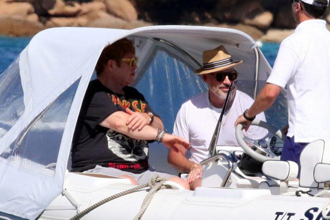 Elton John disfrutó de un paseo en barco junto a su marido David...