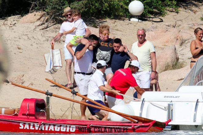 El cantante, remolcado hasta la playa por su personal de seguridad.