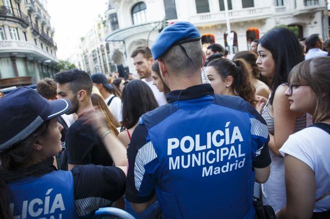 Varios agentes de la Policía Municipal, en el pregón del Orgullo, el pasado julio.