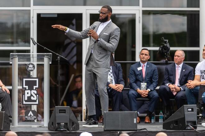 LeBron James, durante la inauguración de una escuela pública en Akron.