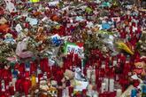 Detalle de las ofrendas depositadas en las Ramblas de Barcelona, tras...
