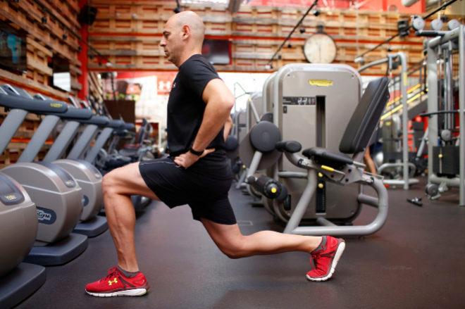 Martin Giacchetta muestra cómo realizar una zancada en Boutique Gym.